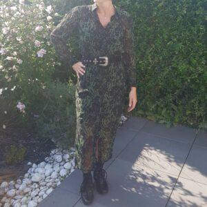 Robe longue, noir et verte, tout boutonnée, lien à resserrer à la taille